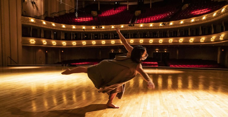 """As CSO piccolo Jennifer Gunn prepared a solo performance of Amanda Harberg's """"Hall of Ghosts,"""" she wanted a dancer to be part of it. Hubbard Street dancer Alyssa Allen (pictured) joins Gunn in a digital premiere on CSOtv (photo: Todd Rosenberg)"""